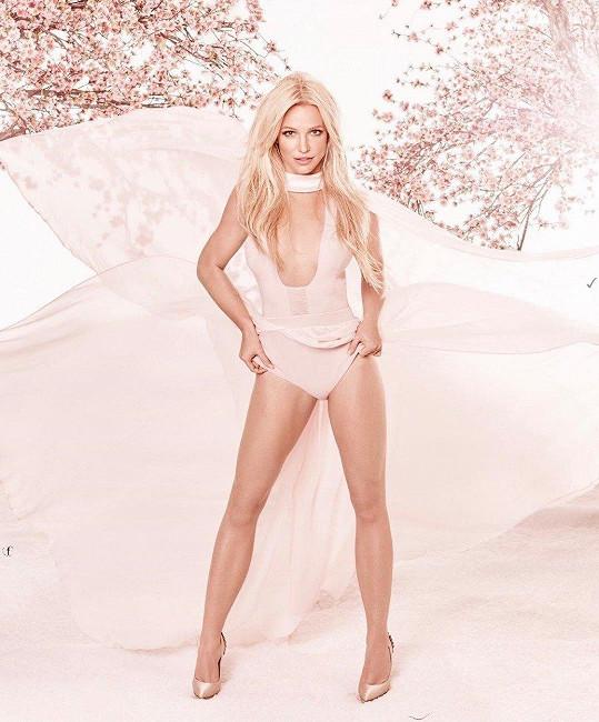 Tuto edici řádně vyhlazených snímků si nechala loni vyrobit pro propagaci svých parfémů.