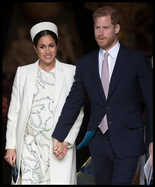 Princ Harry přiletěl do Británie na pohřeb bez manželky Meghan, jelikož jí lékařem nebylo doporučeno létat v jejím požehnaném stavu.