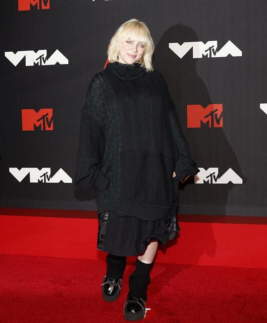 Hudební star Billie Eilish se zahalila do obřího svetru.