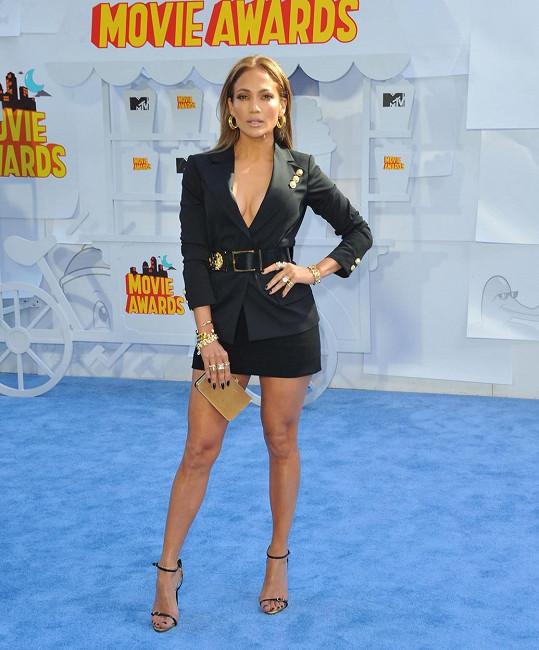 Jennifer ukázala dekolt i stehna.