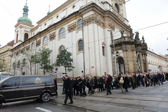 Smuteční průvod zastavuje dopravu v Praze.