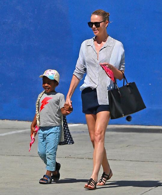 Herečka Charlize Theron se synem Jacksonem, který se dočkal sestřičky.