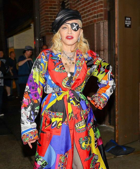 Páska přes oko je v poslední době nedílnou součástí jejích outfitů.