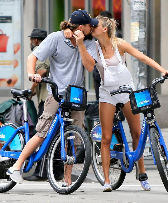 Leo a Kelly se nebránili něžnostem na veřejnosti.