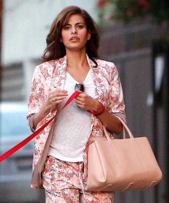 Tak trochu se coby brunetka podobala herečce Evě Mendes.