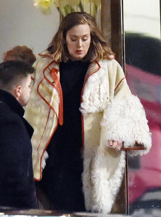 Adele zhubla, ale v obřím kabátu to není znát.