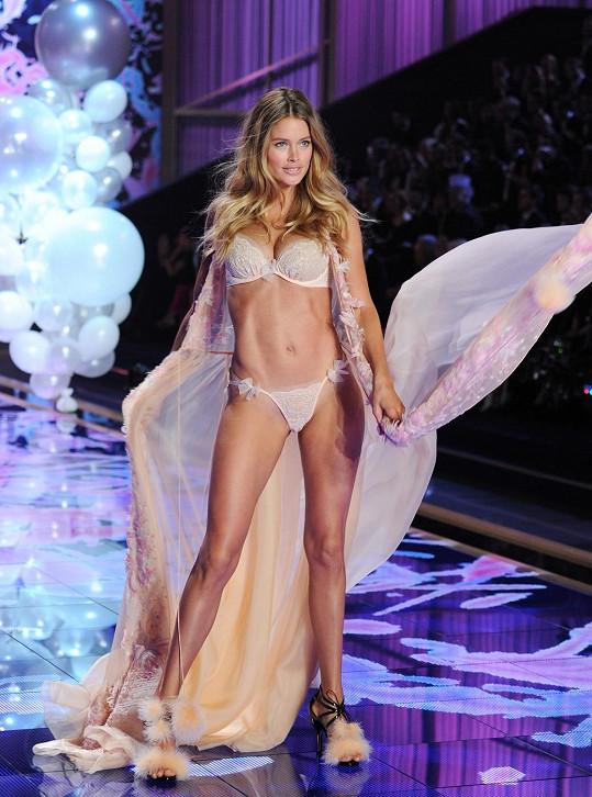 Dvojnásobná maminka Doutzen Kroes zářila na Victoria's Secret Fashion Show.