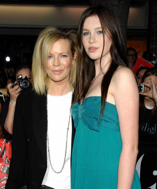Ireland s mámou Kim Basinger na archivním snímku