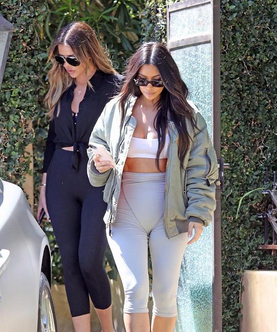 Kim Kardashian, v pozadí její sestra Khloé