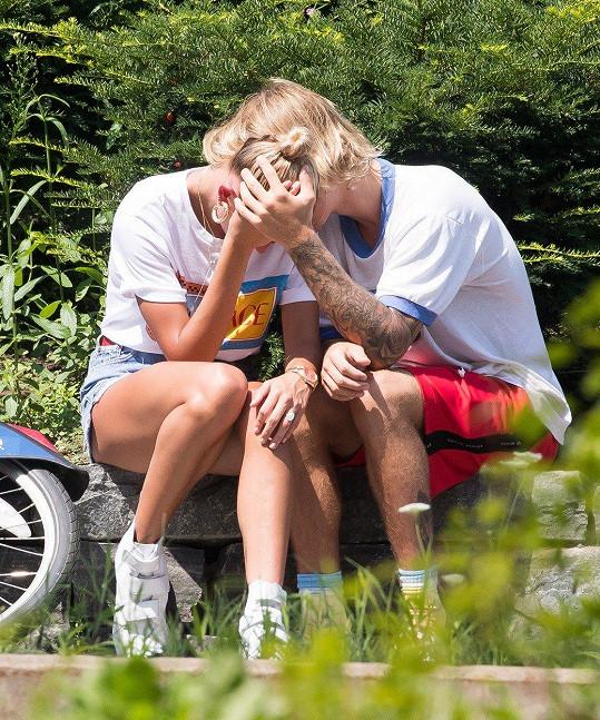 Bieber byl nejednou spatřen, jak pláče v náručí své ženy.