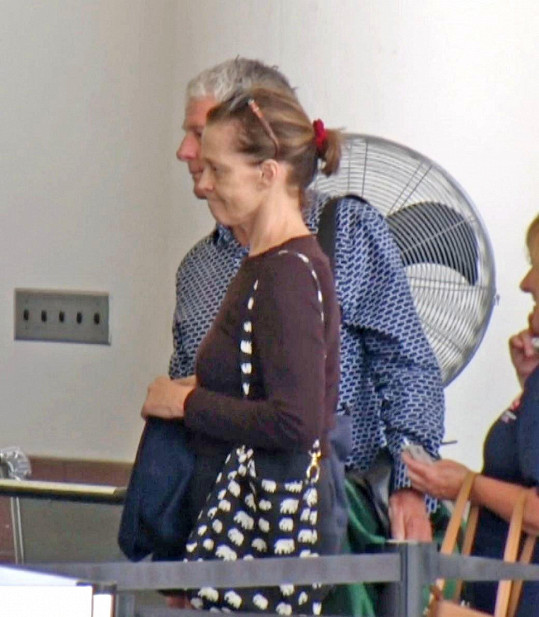 Sotva rozpoznatelná tvář slavné herečky, která s manželem Jimem Simpsonem odlétala z letiště v Los Angeles 7. srpna.