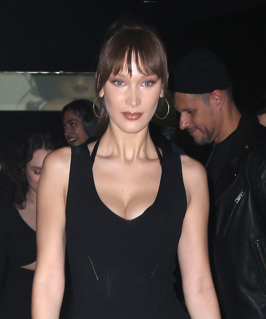 Bella vystavila napěchovaný dekolt v sexy šatech.