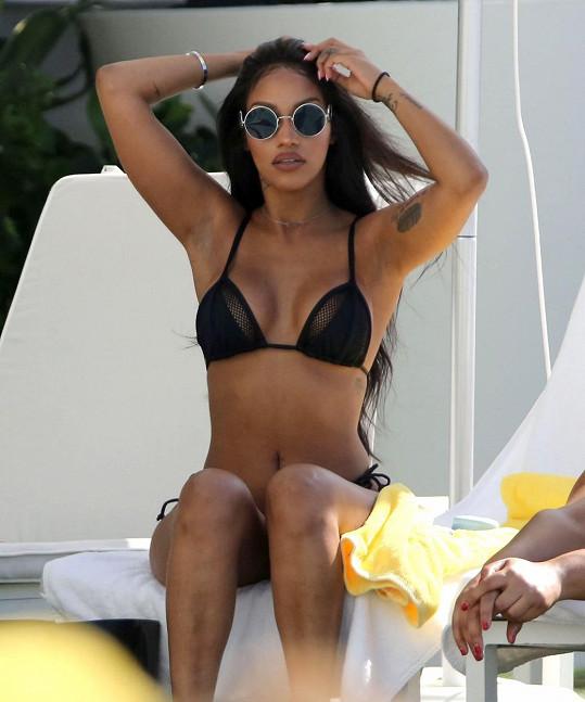 Fanny Neguesha se opalovala u bazénu v Miami.