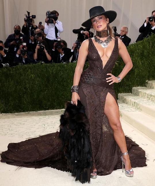 Šaty byly od návrháře Ralpha Laurena.