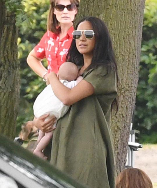 Meghan podle mnohých maminek držela synka hodně nešikovně.