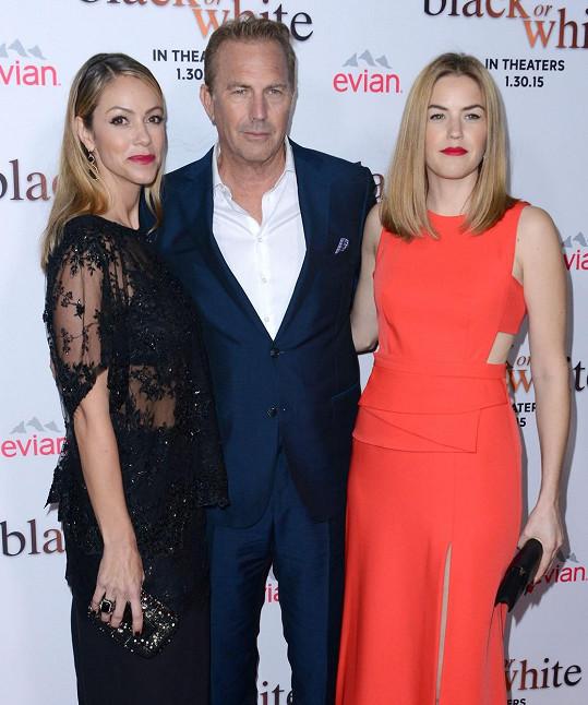Kevin Costner se pochlubil manželkou Christine i dcerou Lily.