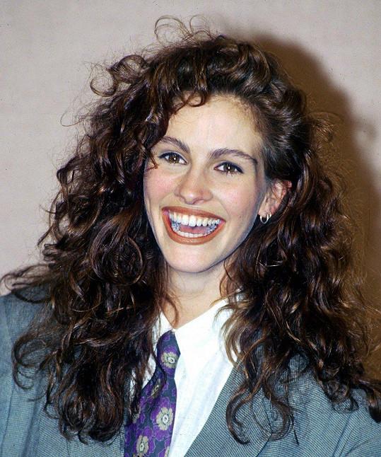 Ústa od ucha k uchu, takový je její charakteristický úsměv.
