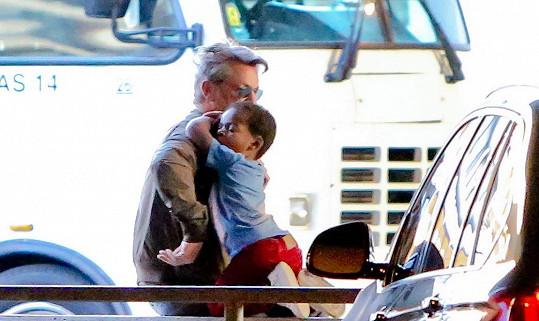 Sean Penn obstál jako náhradní tatínek na jedničku.