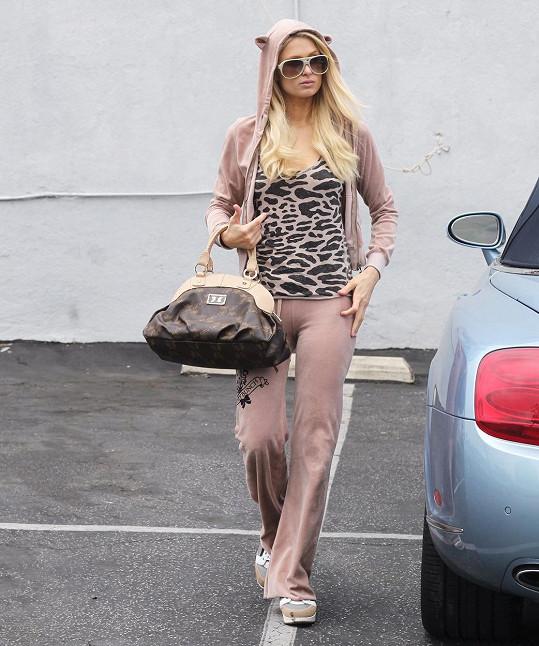 K rozšíření teplákové mánie rozhodně velkou měrou přispěla Paris Hilton, která teplákovky nosila už před rokem 2000. Nyní se ráda vrací ke svým velurovým parádám.