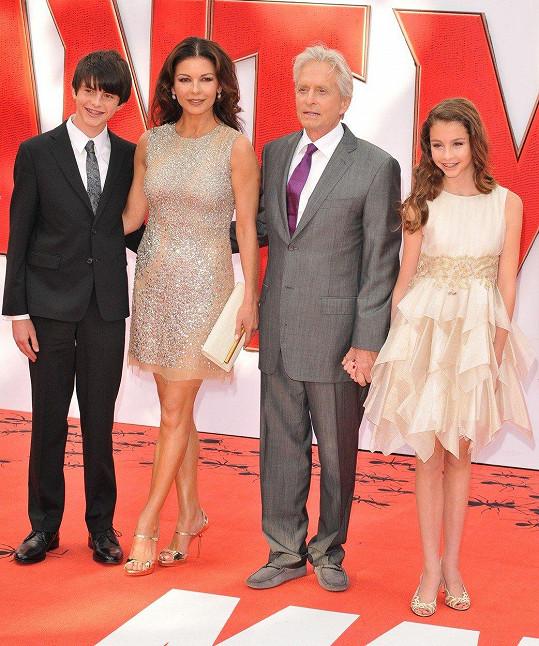 Catherine s Michaelem a jejich dvěma dětmi na premiéře filmu Ant-Man (2015)