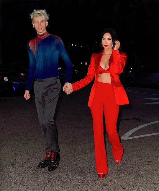 Na večeři se známým rapperem vyrazila v sexy rudém modelu.