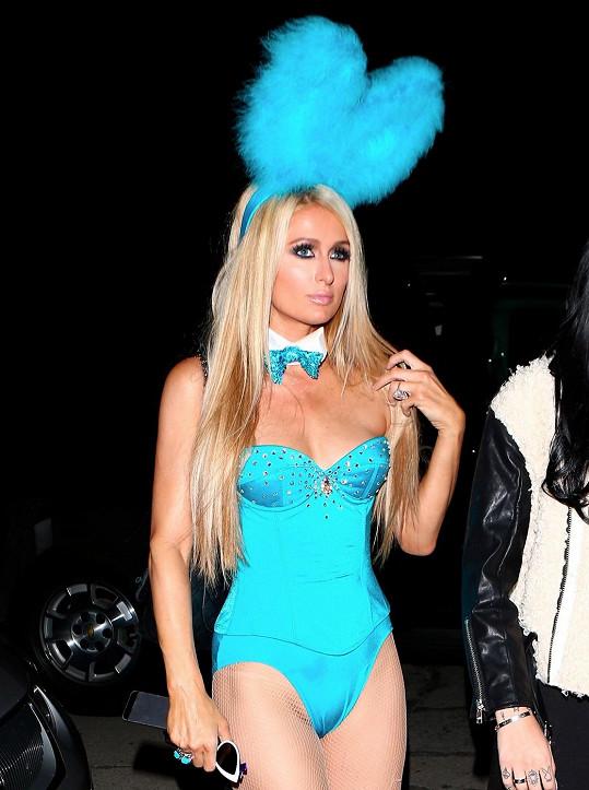 Paris Hilton tentokrát za tyrkysového zajíčka.