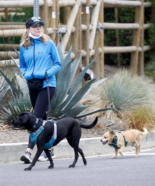Ve volném čase venčí psy a chodí na procházky.