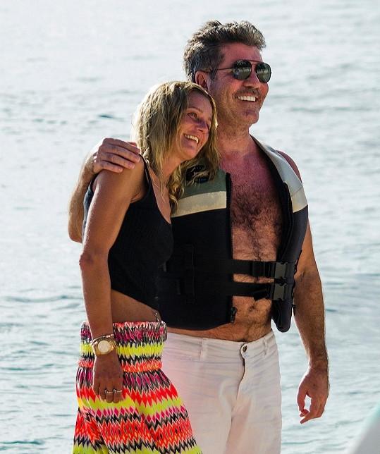 Loni se s fanynkami na pláži fotil v plovací vestě.
