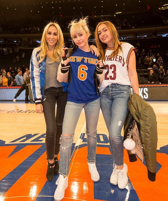 Brandi (vpravo) s Miley a maminkou Tish Cyrus