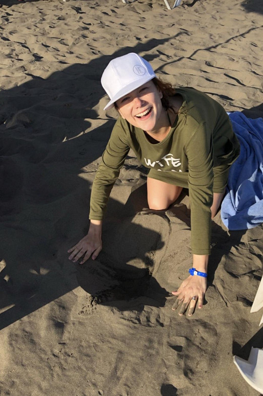Nejprve vyhrabala v písku díru.