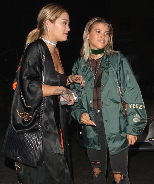 Rita si vyrazila do baru s kamarádkou Sofií Richie.