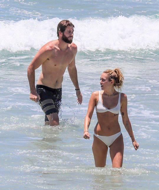 Miley Cyrus a Liam Hemsworth mají sexy těla.