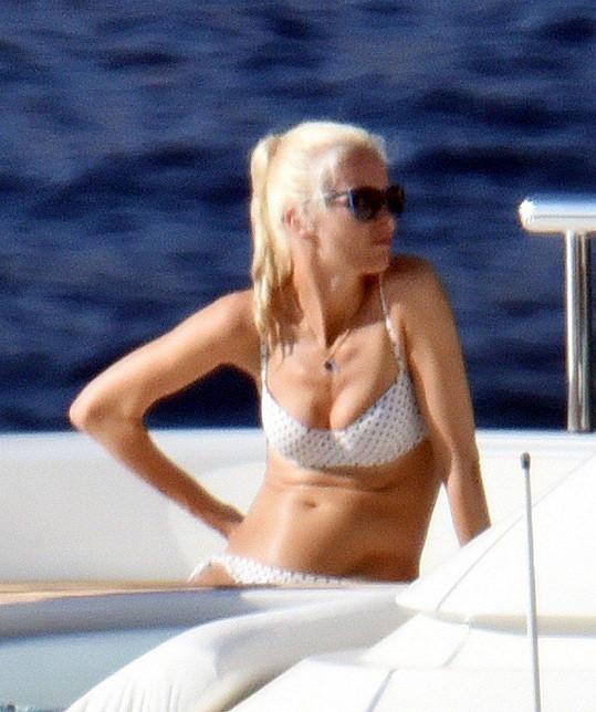 Claudia Schiffer relaxuje na jachtě v Itálii.