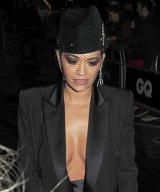 Rita Ora si nevzala podprsenku.