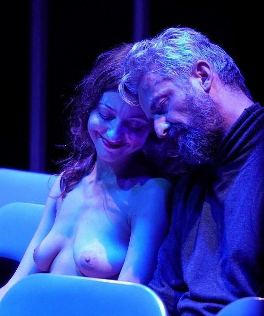 V představení Prolomit vlny s ní hraje Roman Zach.