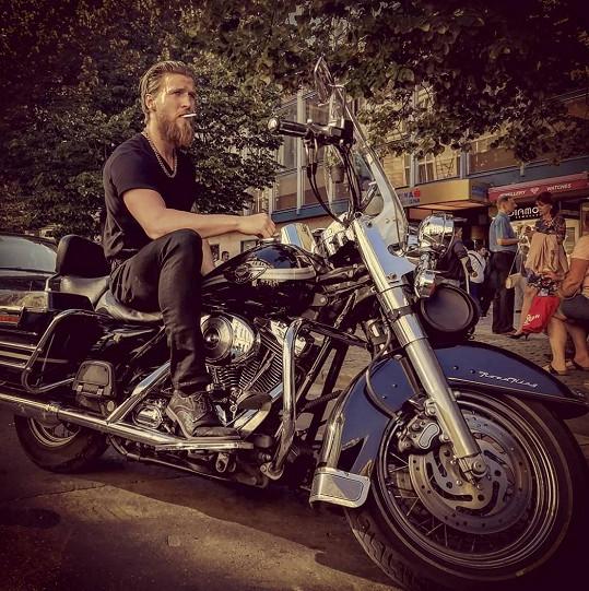 Je vášnivý motorkář.