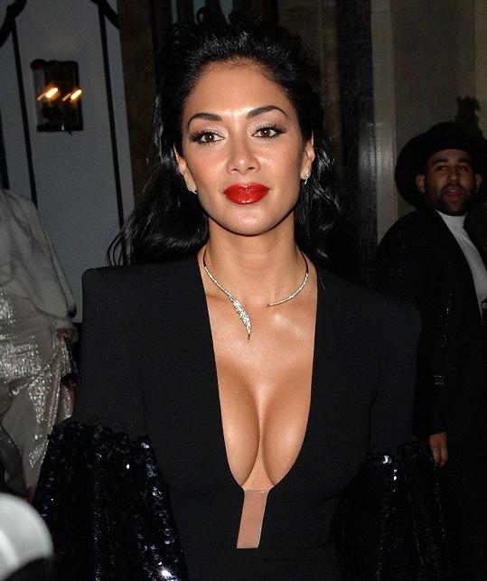 Porotkyně britského X Factoru, zpěvačka Nicole Scherzinger (39) na prosincové tiskovce a párty pořadu v londýnském hotelu Claridges