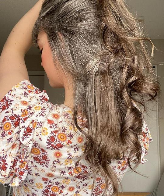 Ve svém okolí nezná mnoho dvacátníků, kteří by měli šedivé vlasy, na Instagramu ale zjistila, že v tom zdaleka není sama.