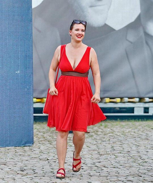 V rudých šatech předvedla pořádně napěchovaný dekolt.