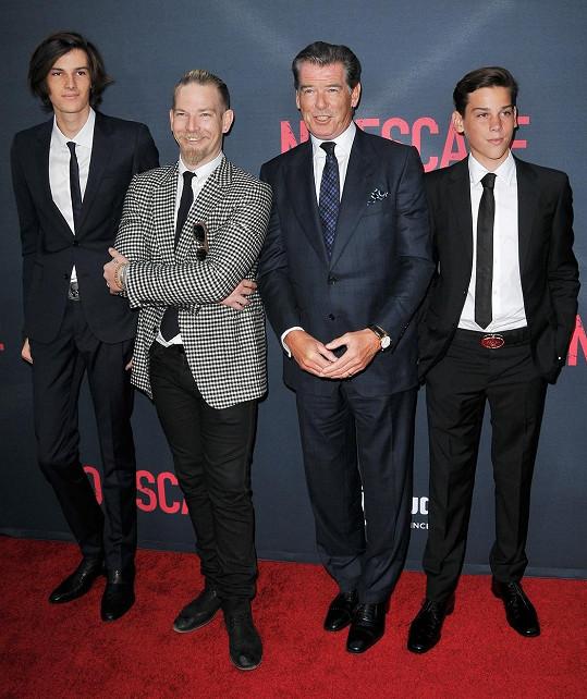 Pyšný táta Pierce Brosnan a jeho tři synové na premiéře snímku No Escape