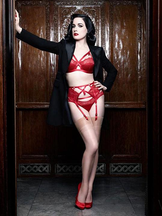 Kromě vystupování v kabaretu navrhuje i spodní prádlo.