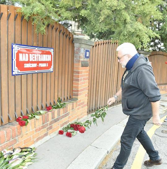Před vilou Gottových se první květinové dary začaly hromadit už dopoledne.