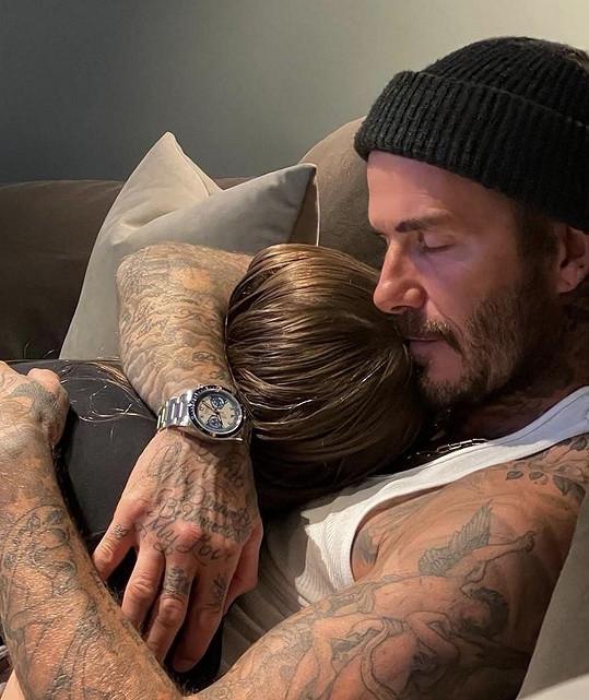 Kromě svého těla na Instagramu rád ukazuje své děti. Harper se s rodiči ráda objímá.