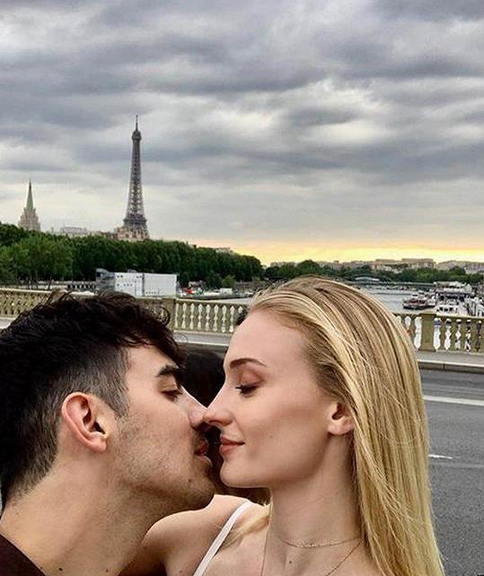 Sophie Turner a Joe Jonas se vzali, do Francie se odebrali už začátkem týdne.