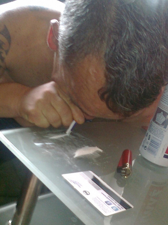 Paul Grant jede v kokainu ve velkém.