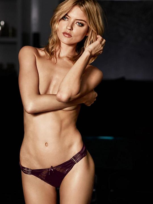 Atraktivní blondýnka má rozhodně co ukazovat...