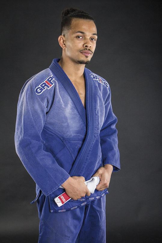 Zpěvák se věnuje brazilskému bojovému sportu jiu-jitsu.