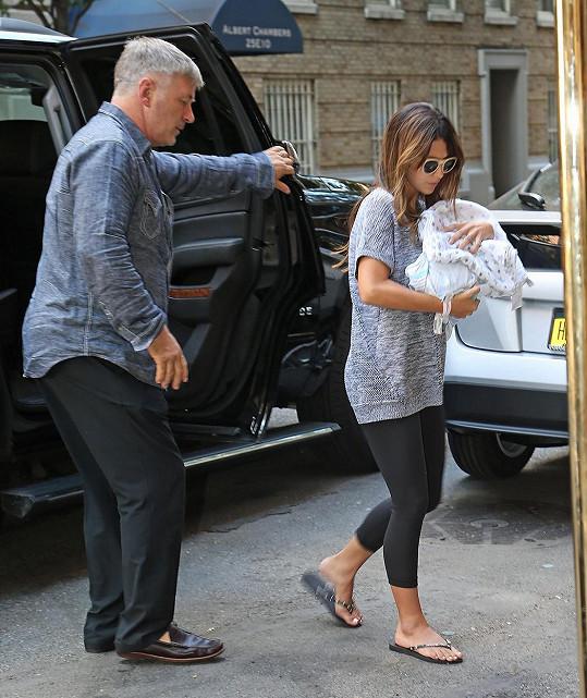 Baldwinovi už mají třetí miminko doma.