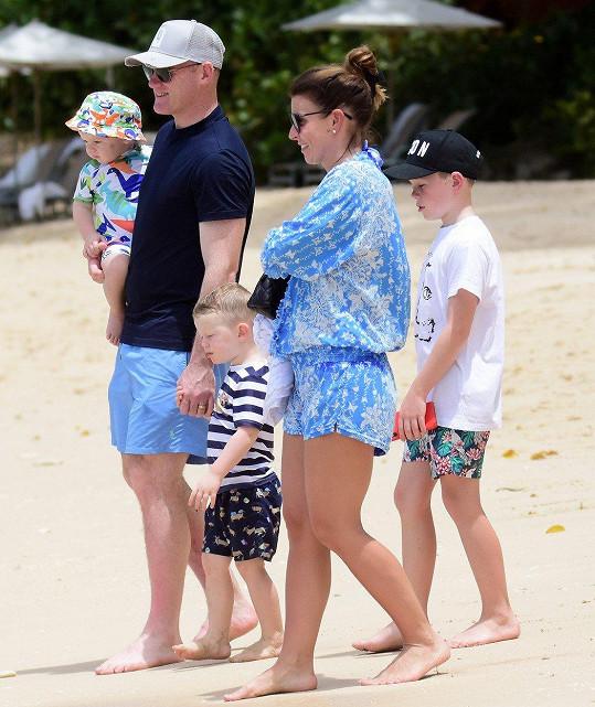 Rodinka na vycházce po pláži
