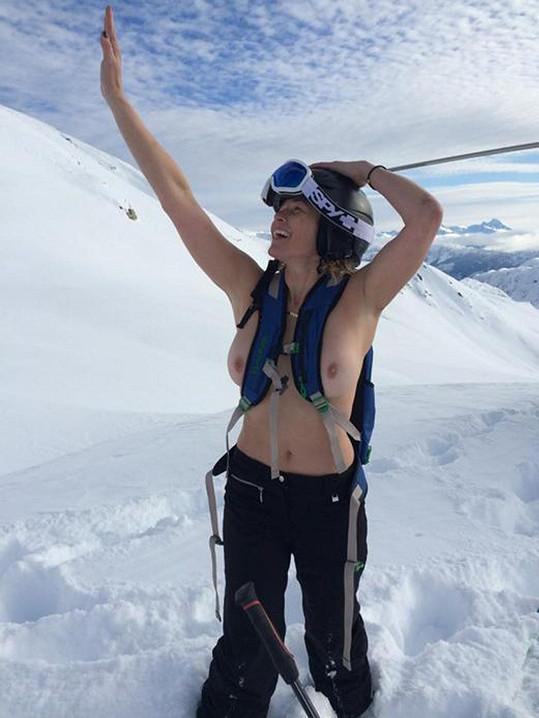 Chelsea Handler se s tím nepáře. Svlékala se přímo na sjezdovce.